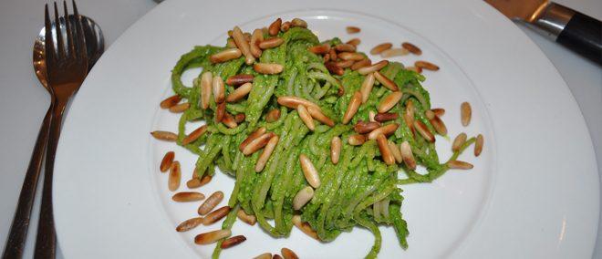 Vegane Reisspaghetti mit Rucola Pesto